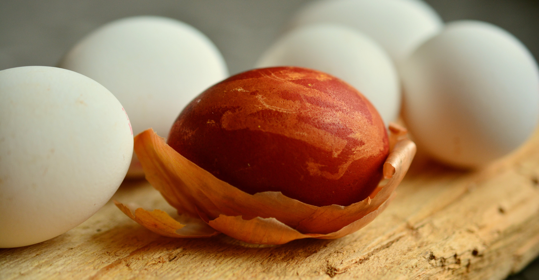 яйця в цибулевому лушпинні